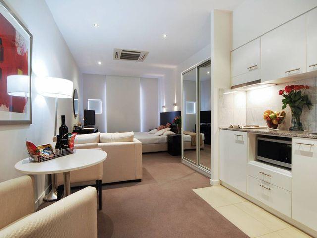 маленькая квартира студия с кухней, гостиной и спальней