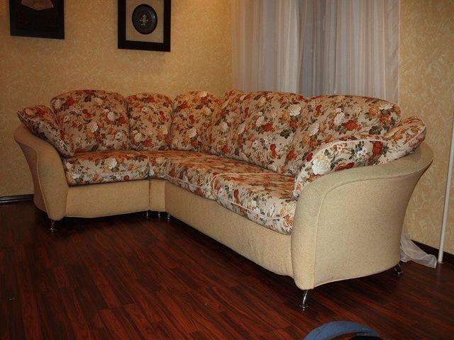 угловой диван с обивкой из гобелена на кухне